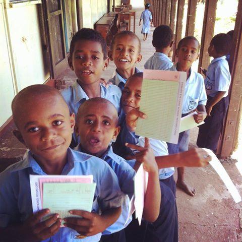 Ein fidschianischer Grundschüler der zweiten Klassen muss einen Grundwortschatz an bestimmten Wörtern und Vokabeln beherrschen. Manche Kinder sind clever und lernen schnell. Sie sind in der Lage ei…