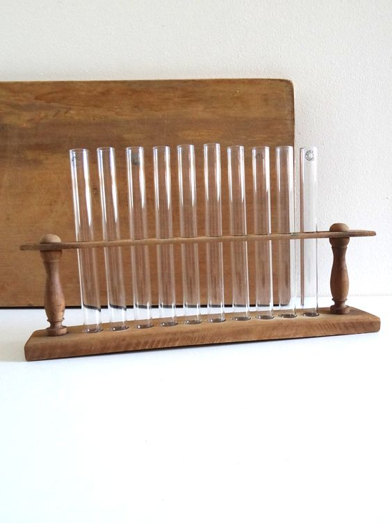 Éprouvettes de laboratoire anciennes Pyrex avec leur support en bois