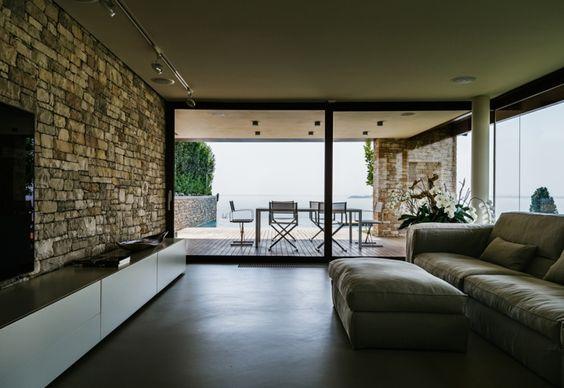 Uno scorcio del salotto in stile minimalista con vista for Casa in stile ranch con veranda