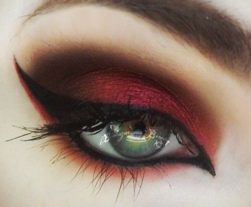 Deep red contrast green eyes, deep coffee in crease, black lined