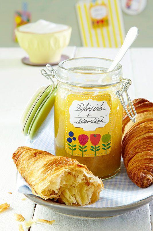 Weiße Pfirsich-Martini-Konfitüre // Da wird nicht nur das Croissant beschwipst vor Entzücken: Die Konfitüre aus Pfirsichen und Martini passt auch wunderbar zu Käse