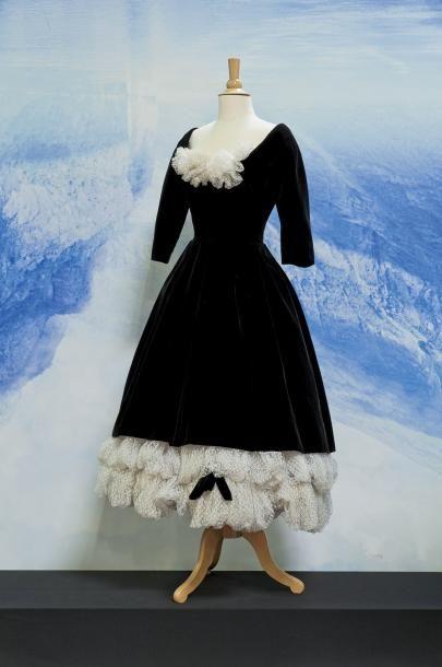 """Christian #Dior, collection automne-hiver 1957, modèle """"Sonatine"""" de cocktail en velours noir, tulle plumetis blanc, noeud de velours, jupons de crins. Sans griffe. Estimation : 10 000 / 12 000  € Vendu aux #encheres le 08 Juillet à Paris"""