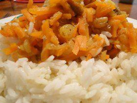 Curry de Carottes aux fruits secs :  1 kg de carottes moyennes coupées en bâtonnets 2 cuillères à de curry 3 c. à soupe de raisins secs 2 dl de bouillon de volaille 2 oignons ghee 1 c. à soupe de pignons 30 g d'amandes mondées  2 figues séchées, 2 dattes séchées #ayurvéda #végé