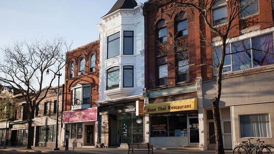 Dans cet immeuble datant de 1889, la distribution des appartements était restée celle des vieux logements de Toronto : des pièces bruyantes et somb...