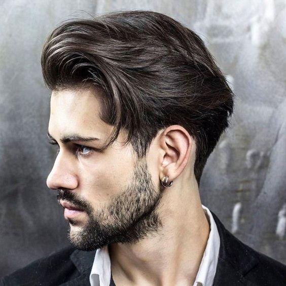 idée de coiffure homme pour cheveux mi-longs coiffés en arrière