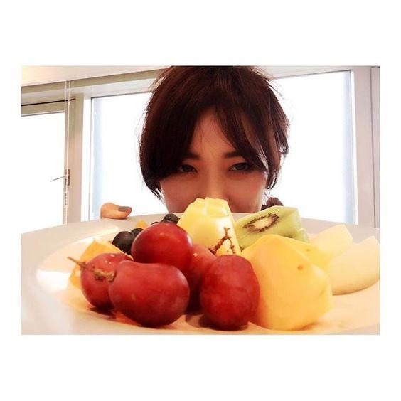フルーツを持っている大島優子