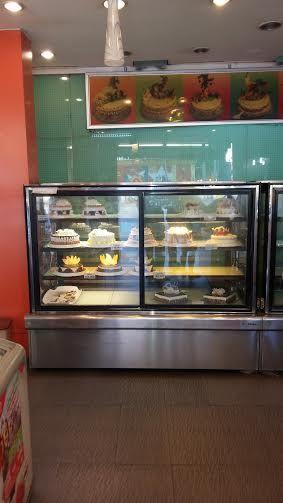Thanh lý tủ trưng bày bánh kem Berjaya,kiểu dáng hiện đại,sang trọng,độ bền cao,dùng dể trưng bày bánh ngọt,bánh kem,giúp bảo quản bánh luôn tươi ngon lâu dài