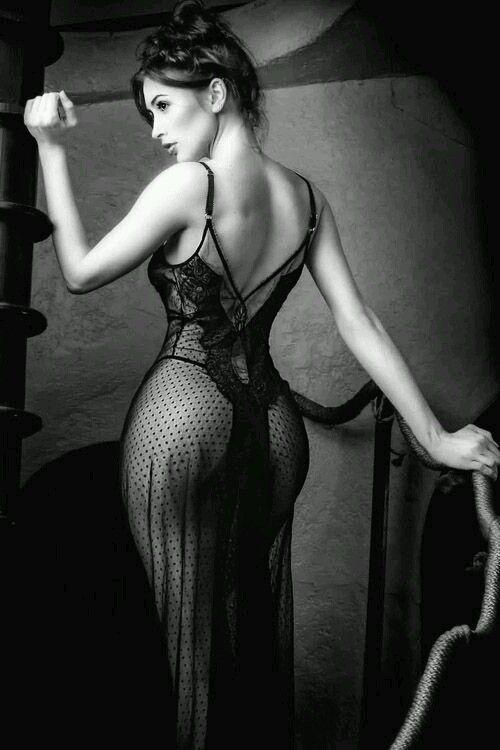 pensierinudi:  In una donna di classe non è l'abito a vestirla, ma è lei che veste l'abito.Anna Maria D'Alò