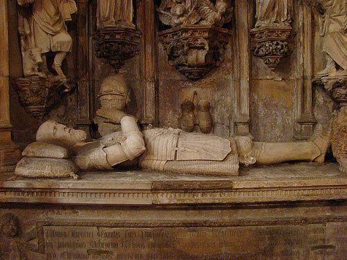 Igreja da Sta Cruz, em COIMBRA (a cidade dos Reis) - - que Dom Afonso Henrique ou Dom Afonso I – descansa em seu túmulo. À sua frente, o túmulo do seu filho (e 2º rei português), D. Sancho I.  Curioso imaginar como os laços familiares entre os dois foram fortes ao ponto de escolherem descansar juntos –  levando em conta que a declaração de Portugal como reino independente fruto de uma briga entre D. Afonso H. e sua mãe, D.Teresa, depois da morte do Conde Henrique…