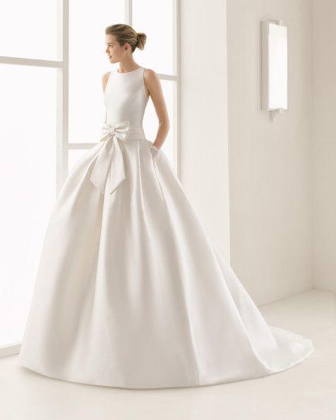 Klassisches Couturekleid aus Mikado-Seide mit rundem Ausschnitt und freiem Rücken, naturweiß. Klassisches Couturekleid aus Ottoman mit rundem Ausschnitt und freiem Rücken, naturweiß.