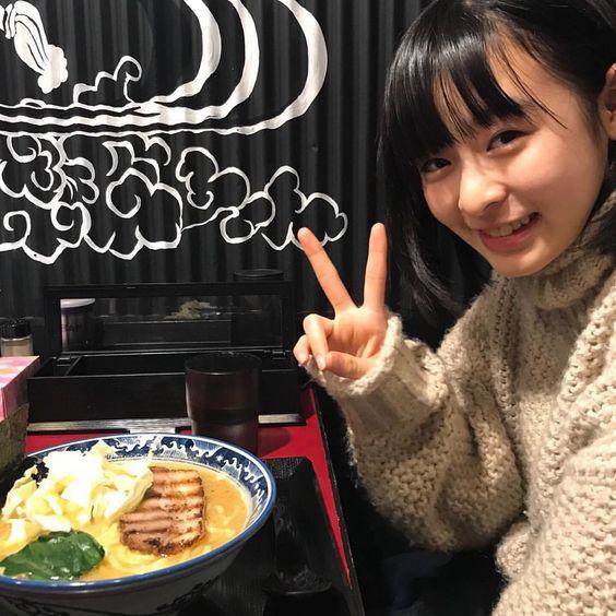 ラーメンを食べる森七菜さん!