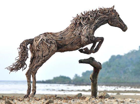 Les sculptures de chevaux en bois flotté de James Doran Webb.