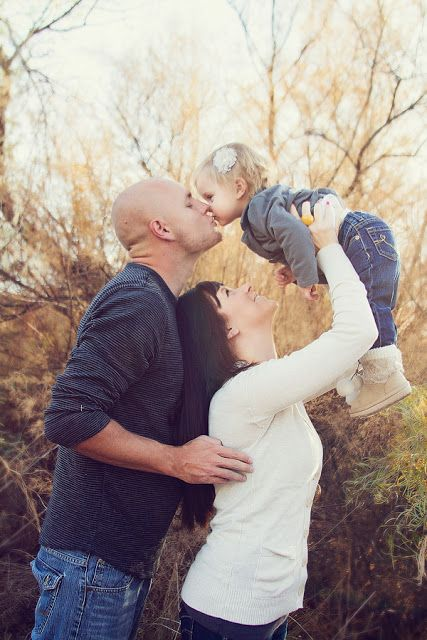 Family picture pose ideas with one child picture poses for Family photo ideas
