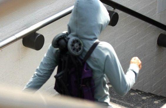 Caractéristiques :        Ultra légère (5 kg)      Poussette canne      Compacte      Facile à transporter : portez-la en sac à dos grâce à sa lanière      Tient debout une fois pliée      Très maniable : roue avant pivotante à 360°      Poche de rangement située à l'arrière du dossier (max. 2 kg)     Dimensions :        Pliée : 68,5 x 27 x 23,5 cm      Dépliée : 75 x 56 x 105,5 cm      Poids : 5 kg     Accessoires disponibles :        Habillage pluie      Sac de transport : idéal pour…