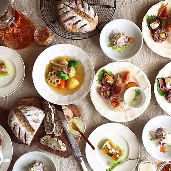 2015.10.1  先日見えたお客様にお出しした夜ごはんです。 黒ごまパンに添えたのは フォロワーさんより教えて頂いた冬瓜ジャム。 冬瓜のポタージュにカレー風味の肉団子ポトフ。 鯵タタキにサーモンと野菜のテリーヌ、 キヌアのサラダに無花果フライ。 残暑だけは残しつつ食卓は秋めいて参ります。 可愛いお客様に夫婦愉しませて頂いた夜でした。 . もう一枚投函させて頂きますね。 .