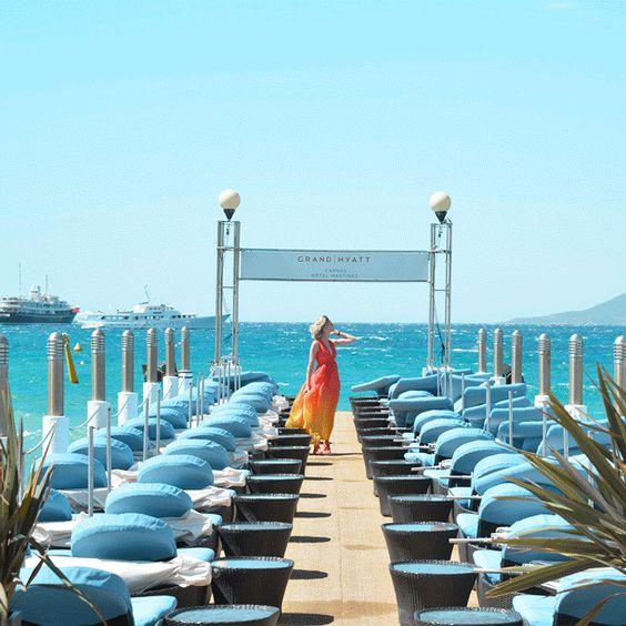 Entre ciel, mer et nuances électriques d'orange et de bleu, une légère brise donne vie àla baie de Cannes et à la robe aérienne de Sofie Valkiers. #Thelightofnow #Thelightofcannes