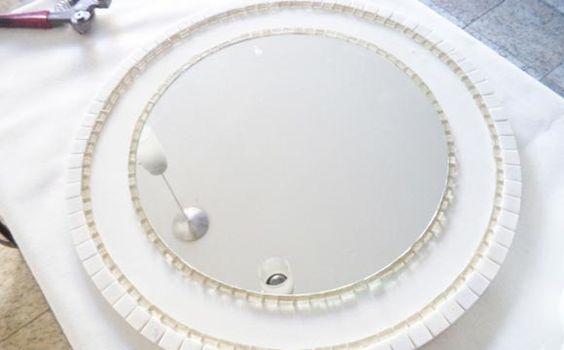 Cole estas tirinhas que foram cortadas em volta do espelho e após a borda de mármore ( formando uma moldura)