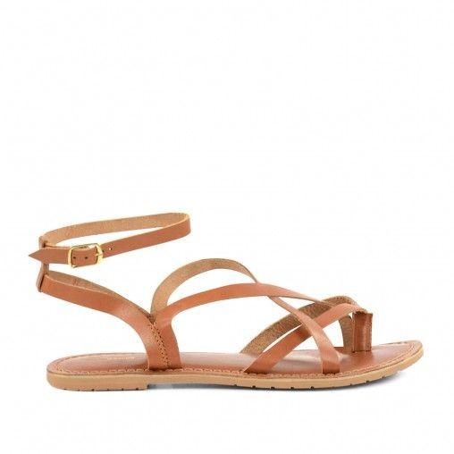Onmisbaar voor in je zomer garderobe: casual bruine leren sandalen met enkelbandje! De minimalistische sandalen hebben iets weg van gladiator sandalen en kunnen perfect onder elke outfit gedragen worden. De maat, van de schoenen, valt klein uit.