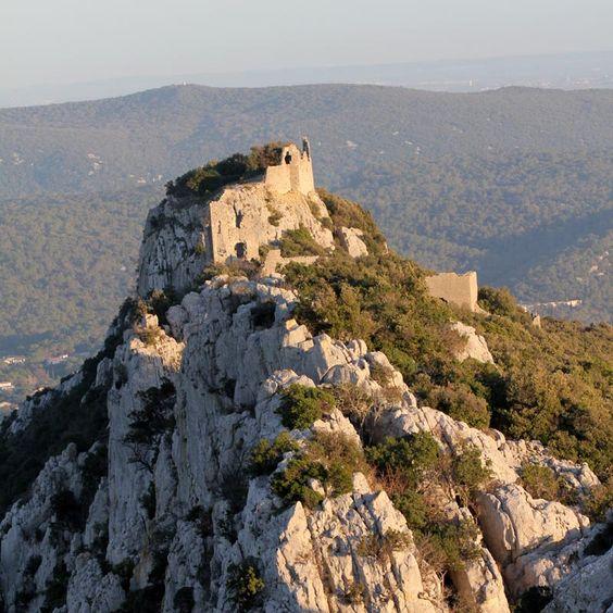 Situé sur la crête calcaire du pc St Loup, face au chateau de la Roquette, le château de Montferrand date du 12°s. C'est un chateau de montagne à l'accès difficile. Au début du 17°s il sert de place forte aux huguenots et résiste à un assaut royal en 1622. Puis il est ruiné et abandonné à une époque indéterminée. Le site naturel est d'une grande beauté