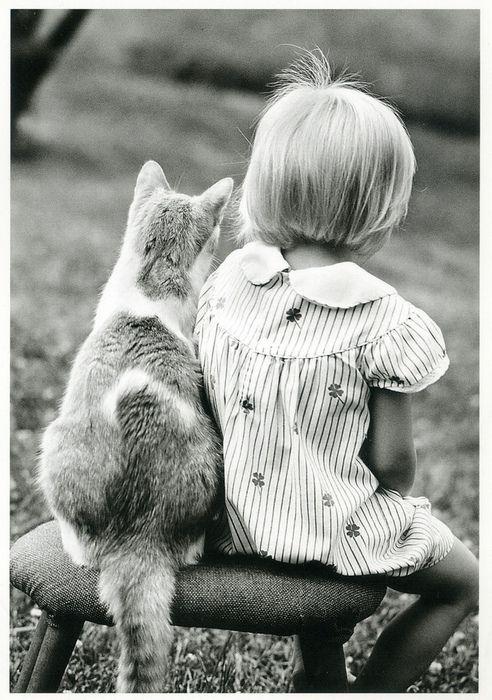 Herinnert me aan mezelf: het frisse zondagse katoenen jurkje, het haar, en mijn- op een jonge leeftijd al begonnen- liefde voor katten.