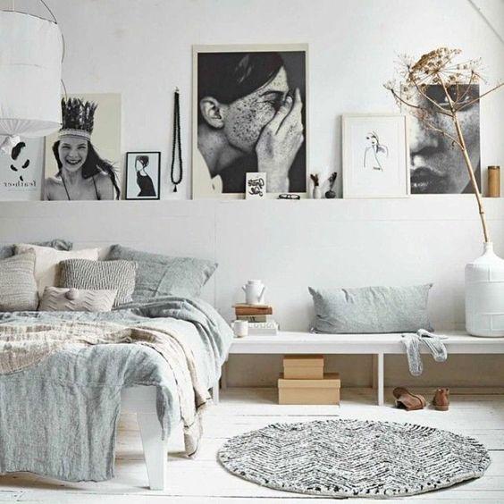 linge de lit en lin et photographies artistiques dans une chambre à coucher blanche