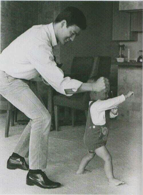 Bruce Lee playing with his son Brandon, 1966 pic.twitter.com/JuBTbO8EpI