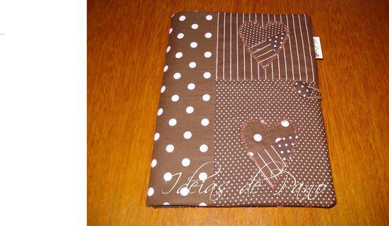 Capa em patchwork para caderno, livros, agendas . São feitas com pedaços de tecido e cada uma diferente da outra, <br>Serve para cadernos ou agendas com as medidas: Alt= 20,5cm /Larg14,5cm / Prof 2,5 cm