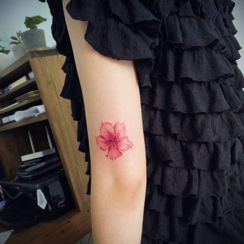 Tatuaje de una pequeña flor de azalea junto al codo izquierdo....