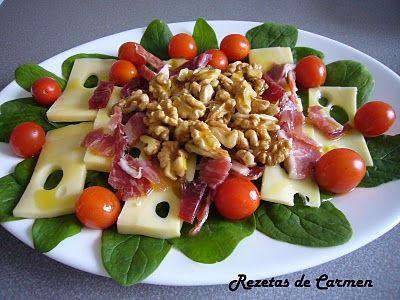 Ensalada de queso, tomate, nueces y jamón