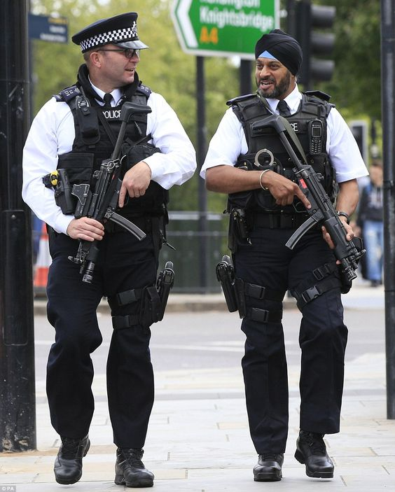 話し中の警察官