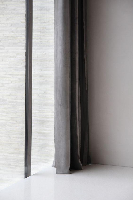 Elemento decorativo. Cortinas correderas en colores grises. Rompen ...