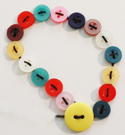 Bracelet boutons activit manuelle et bricolage enfant - Comment faire un bracelet avec des boutons ...