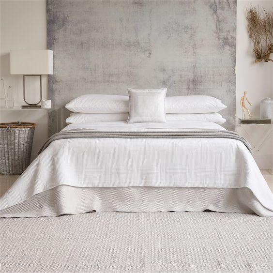 camas vestidas por completo con sábanas blancas de estilo contemporáneo de la firma Zara Home blog chicanddeco: