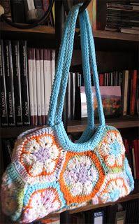 Catalana: Cartera al crochet con flores africanas