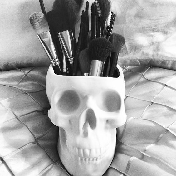 Skull ceramic brush holder