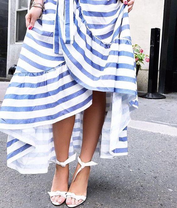 Oi gente! Hoje vou falar de uma tendência que já está ha algum tempo fazendo a cabeça das fashionistas: a saia transpassada com babados. Agora no verão ela chega ainda mais forte, porque tem um ar …