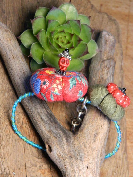 bracelet tokyo nipon' style coloré et sa tête de mort chapotée : Bracelet par carouma-miquent