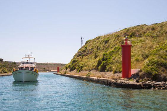 """El """"Puigmar"""" atravesando el canal del Lazareto en el puerto de Maó"""