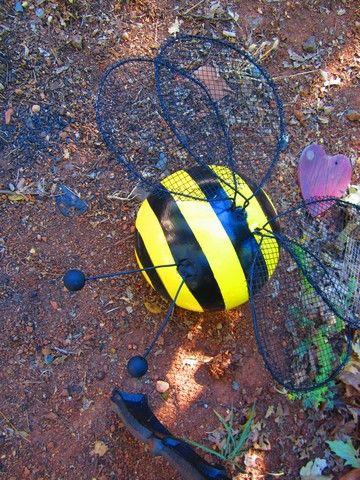 Les boules de bowling à coccinelles, de l'artisanat, la réorientation upcycling, ou ajouter des ailes et en faire un Bee