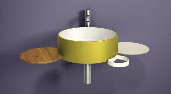 Kontrast zwischen gelbem Waschbecken mit Metallglanz und dunkellila Wände