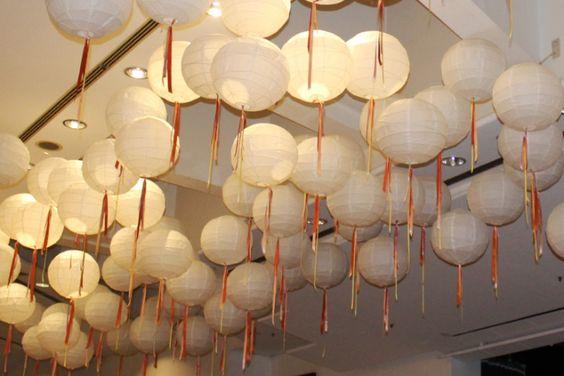 Mit Lampions lassen sich hohe Decken besonders gut dekorieren.
