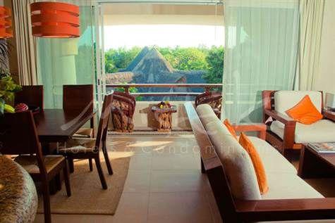 ¡Hermoso condominio de 2 recámaras en un lujoso condo-hotel de Playa del Carmen! Disfruta de 2 albercas comunes, limpieza, bar, concierge, acceso al internet y mucho más cerca de la playa y la 5a Avenida. $325,000 USD