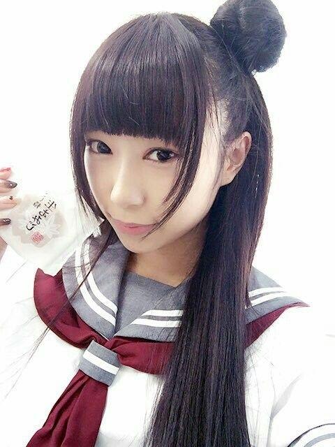 お菓子を持った小林愛香