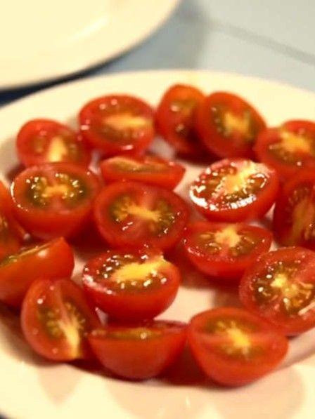 Wenn Sie für einen Salat viele Tomaten halbieren möchten, kann das häufig sehr lange dauern. Mit diesem Trick erledigen Sie das Schneiden in wenigen Sekunden!