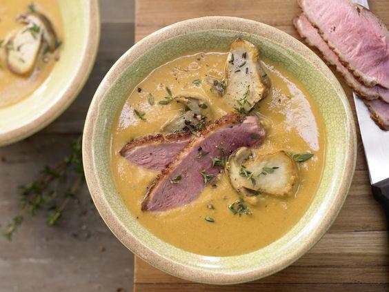 So eine Suppe mit Linsen ist ein echter Klassiker. Pürierte Linsensuppe - mit Steinpilzen und Entenbrust - smarter - Kalorien: 320 Kcal - Zeit: 50 Min.   eatsmarter.de
