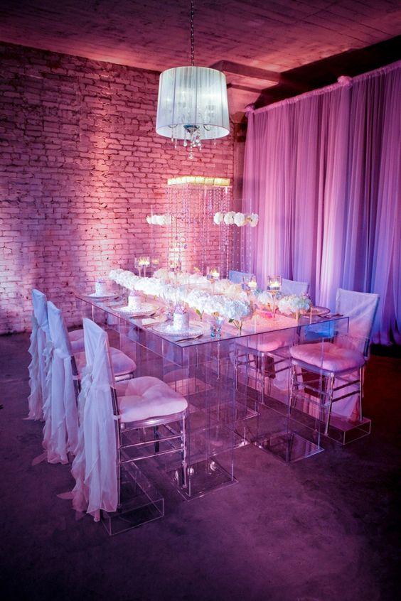 romantische Hochzeitsdeko in Fuchsia und dunkel Violett Tischschmuck mit Blumen und Kerzen