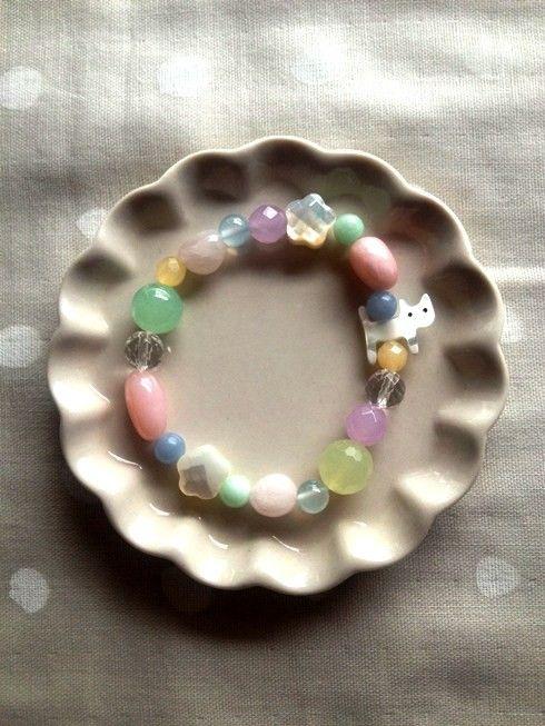 天然石と白蝶貝のブレスレットです ネコがお花畑を散歩しているイメージで作りました マザーオブパール⇒家族の絆を深める          子宝、子育て...|ハンドメイド、手作り、手仕事品の通販・販売・購入ならCreema。