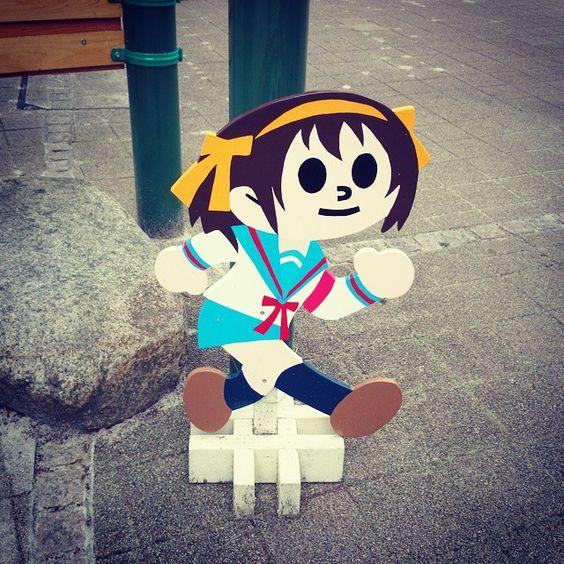 ハルヒの飛び出し坊や。 西宮北口駅の前の広場にあった。(ハルヒの聖地らしい)  それよりも飛び出し坊やって関西ローカルってマジで?  #涼宮ハルヒ #ハルヒ #西宮 #聖地 #地元民だけどハルヒ読んだことない #SOS団の待ち合わせ場所のモデルの場所らしい #飛び出し坊や