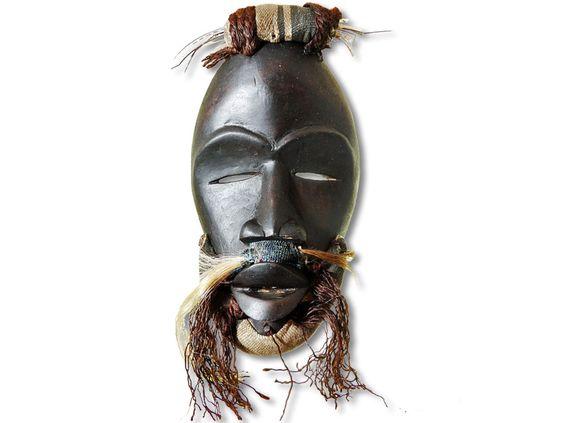 Das Angebot bezieht sich auf eine wunderschöne Dan-Maske. Die Maske der Yakuba-Dan wurde in detailverliebter Handarbeit aus Holz geschaffen und mit Stoff, Kordel, Tierhaaren und Federstielen verziert. Die zauberhafte Dan-Maske hat eine Höhe von ca. 29cm. Bestellen Sie jetzt, bevor Ihnen das Produkt vor der Nase weggeschnappt wird.