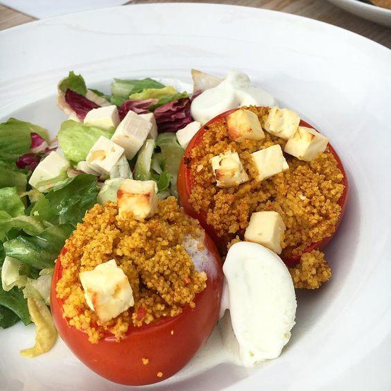 Lunchdate 💕 Gefüllte Tomate mit Couscous, Salat und Feta-Olivenöl Eis 😍😋 #yummy#lecker#foodstagram#instafood#foodporn#foodblogger#healthy#couscous#lunch#feta